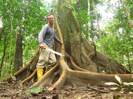 Exploring in his jungle-uniform: gum-boots, machete and long sleeves. I loved these jungle-walks in the middle of nowhere.